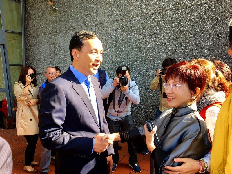 20161207-SMG0045-001-國民黨行動中常會,朱立倫與洪秀柱握手。(羅暐智攝)