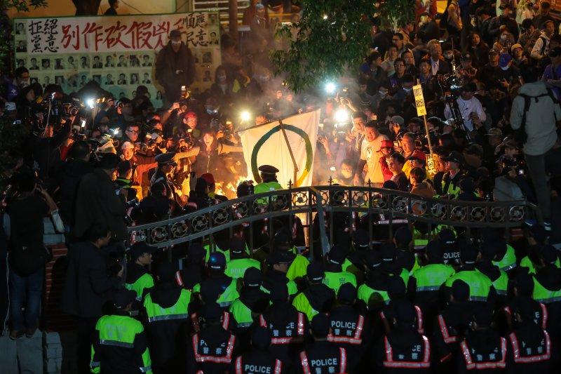 20161206-勞基法修正案闖關,立院外頭的工鬥絕食勞團焚燒蔡英文競選旗幟,表示抗議。(顏麟宇攝)