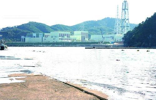 比起福島核電廠更接近震源,位在牧鹿半島上的女川核電廠,由於建在比海嘯發生位置更高的基地上且廠內的緊急用柴油發電機也尚有可以使用的,因此災害較小。(取自財團法人核能資訊中心)
