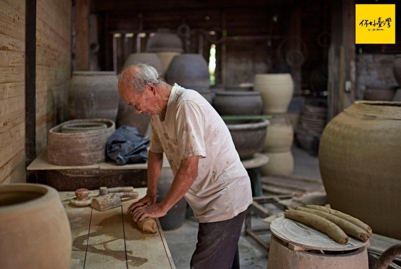手捏陶的前置作業—製作泥條。