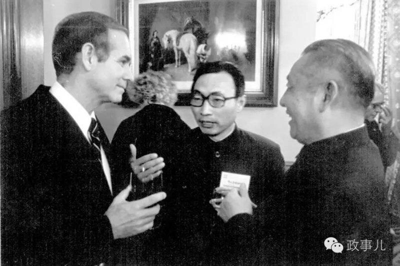 習近平之父習仲勛(右)1980年訪問美國愛荷華州,左為時任州長雷伊(取自網路)
