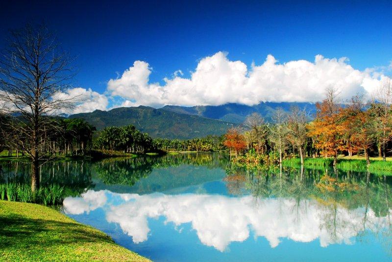 如少女清澈雙眼般純淨的「夢幻湖」,一年四季都能觀賞到隨著季節幻化的絕世美景。(圖/花蓮縣政府提供)