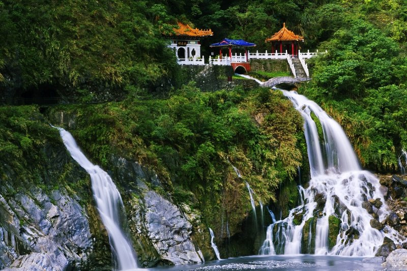 白楊瀑布自遠處山壁直洩而下,以險峻的地勢構築成壯麗的風景。(圖/花蓮縣政府提供)