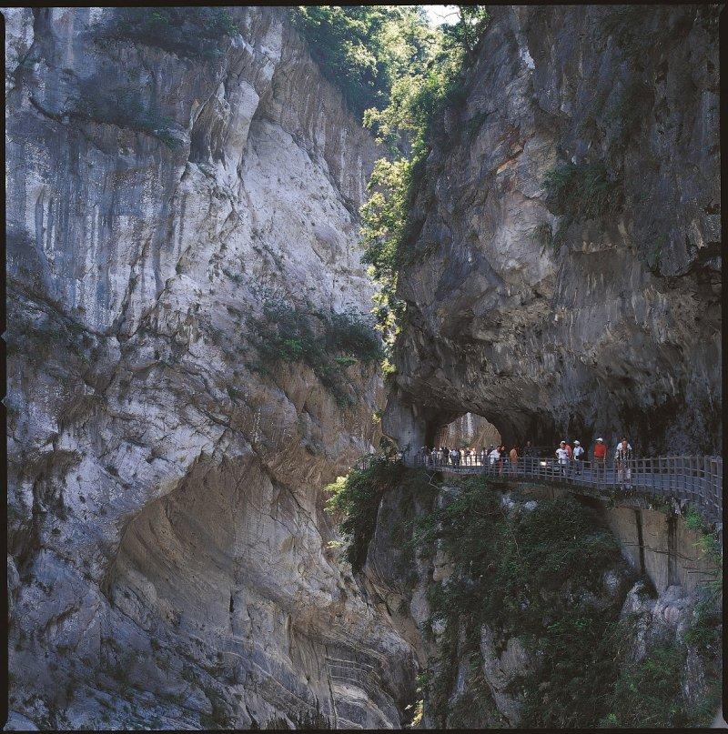 日前舉辦的太魯閣峽谷馬拉松,讓跑者在慢跑的同時也能欣賞鬼斧神工的峽谷川石。(圖/花蓮縣政府提供)