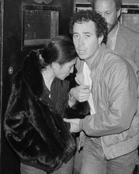 1980年12月9日凌晨,失去藍儂而哀慟不已的小野洋子(左)在唱片製作人葛芬(David Geffen,右)的攙扶下,走出聖路克羅斯福醫院(AP)