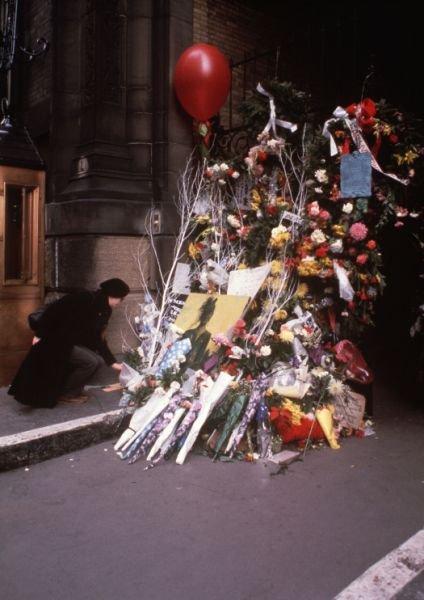 1980年,一名女子在達科塔公寓門口獻花哀悼藍儂(AP)