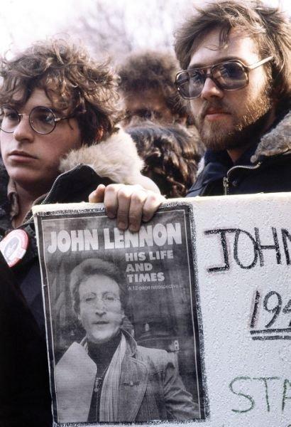 1980年12月14日,約翰藍儂的數十萬樂迷聚集在中央公園悼念這位搖滾樂傳奇隕落(AP)