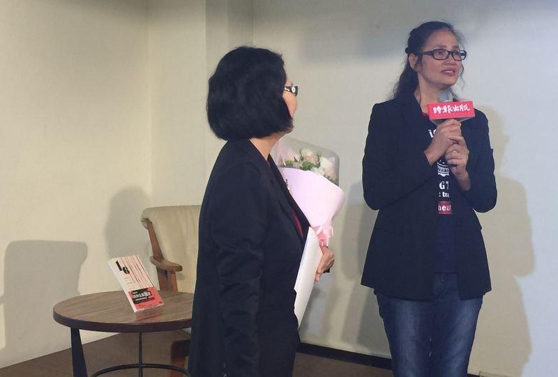買姓少年凱凱的阿嬤買麗雪,多年奔走,終於等到「重啟調查」,她特別到新書發表現場感謝王美玉帶給她一線陽光。(風傳媒)