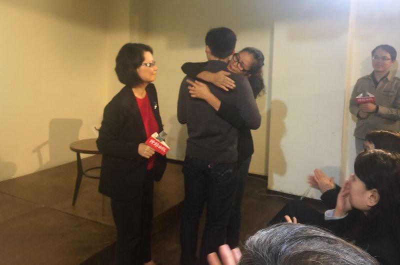 新書發表會結束前,王美玉的兒子楊采沛,在買麗雪令淚請求下,「代替」凱凱給阿嬤一個擁抱。(風傳媒)
