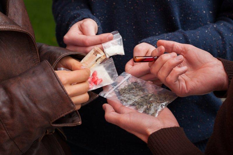 沒有目標的生活,真的會讓一群少年從一個人吸毒變成一堆人一起吸。(圖/擷取自theaddictionadvisor)