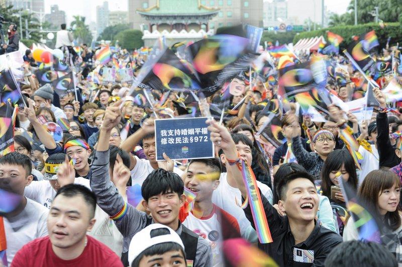 挺同團體今天下午在凱達格蘭大道舉辦「讓生命不再逝去,為婚姻平權站出來」音樂會,挺同志民眾群聚凱道。(甘岱民攝)