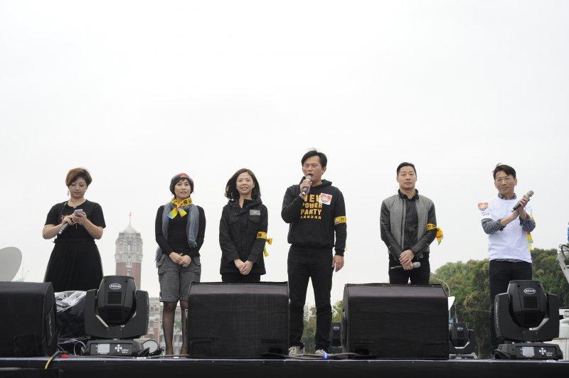 挺同團體今天下午在凱達格蘭大道舉辦「讓生命不再逝去,為婚姻平權站出來」音樂會,挺同志民眾群聚凱道,時代力量5位立委全到力挺。(甘岱民攝)
