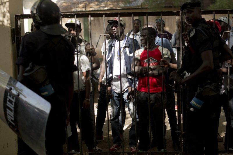 甘比亞總統賈梅被控濫捕、凌虐異議人士。圖為參與4月份和平示威被逮捕的甘比亞民眾。(美聯社)