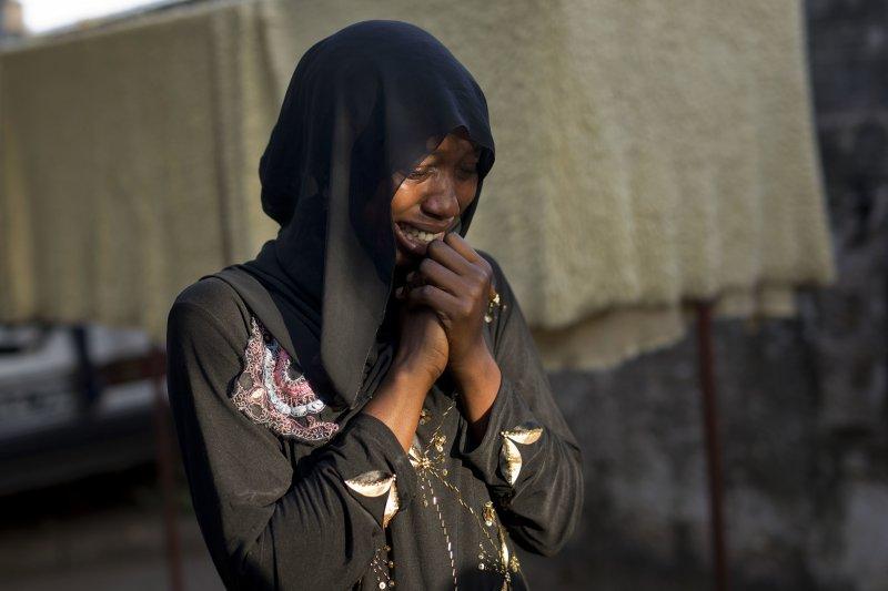 一名甘比亞女子聲淚俱下控訴,父親莫名失蹤疑與賈梅政府有關。(美聯社)
