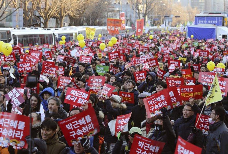 南韓民眾上街要求把總統朴槿惠打入大牢(美聯社)