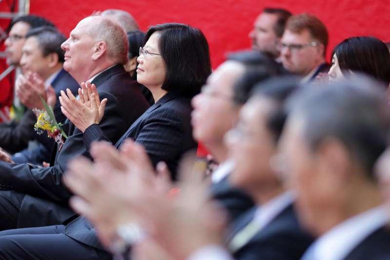 美國DRAM大廠美光科技(Micron Technology)12日舉行「美光科技公司加強投資台灣慶祝開幕典禮」,總統蔡英文應邀致詞時指出,美光科技的投資讓我國對「亞洲‧矽谷」計畫的成功深具信心。(總統府)
