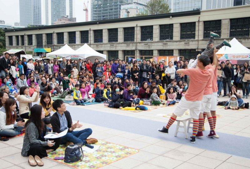野餐活動只能在草地上嗎?一向勇於創新的臺北文創則是在廣場舉辦活動。(圖/台北文創提供)