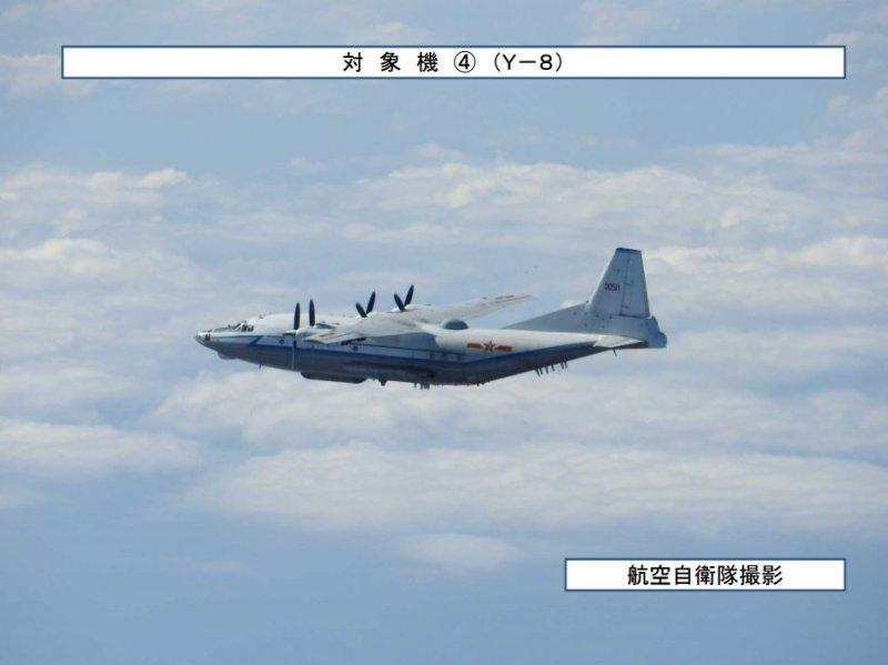 20161212-日本防衛省拍攝到中共軍機進入宮古海域的影像,運8電偵機。(取自日本防衛省統合幕僚監部網站)