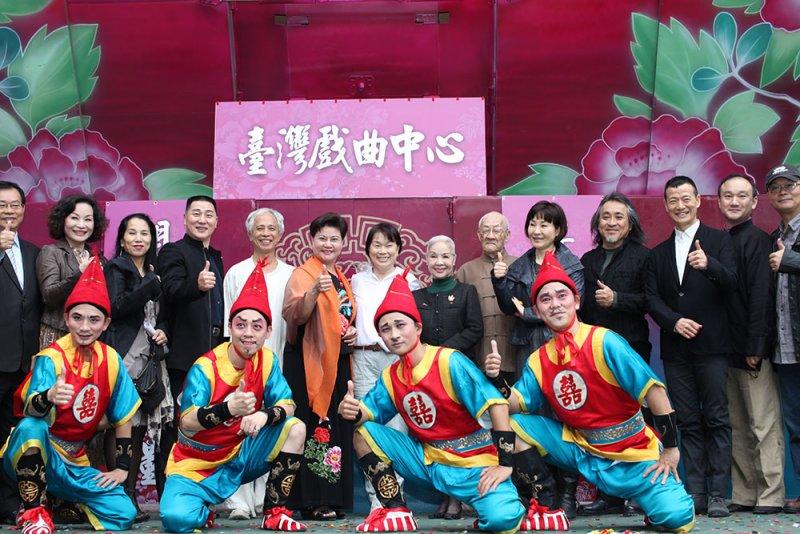 文化部前部長龍應台於2014年4月24日率多位藝師、學者視察台戲中心工程進度與未來遠景,並表示:「臺灣戲曲中心完工後,一定是所有華文世界戲曲藝術必訪的碼頭!」(取自台灣戲曲中心官網)