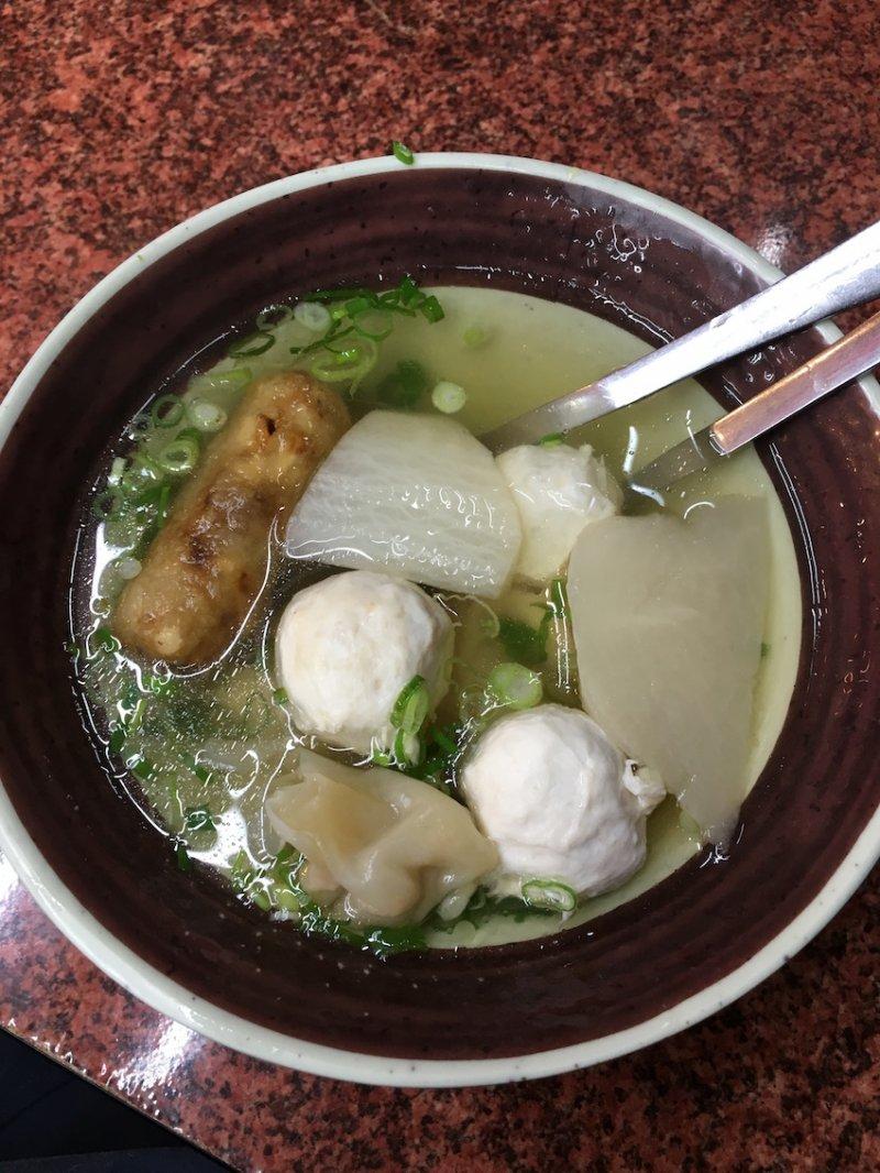 (圖/綜 合 湯 : 裡 面 有 餛 飩 、 旗 魚 丸 、 菜 頭 、 雞 捲 , 相 當 豐 富 ,Klook提供)