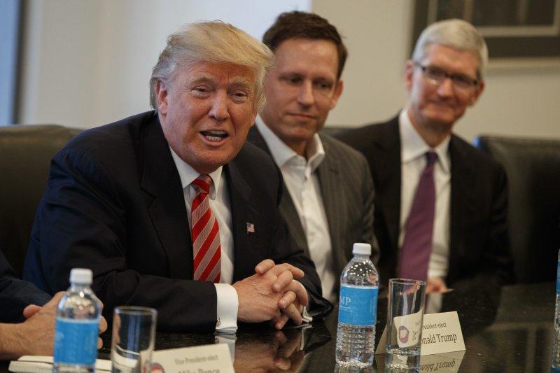美國準總統川普(左)與矽谷科技菁英會面,旁邊是PayPal共同創辦人提爾(中)和蘋果執行長庫克(右)(AP)