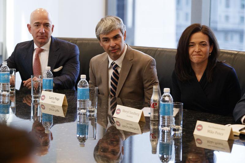 美國準總統川普與矽谷科技菁英會面,由左而右依序是亞馬遜創辦人貝佐斯、谷歌創辦人佩吉、臉書營運長桑德伯格(AP)