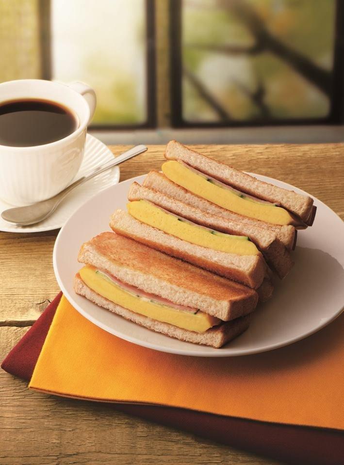 日本連鎖早餐店新登場的三明治,那個厚厚的蛋捲是怎麼回事 ! 也太誘人了吧!(圖/Klook提供)