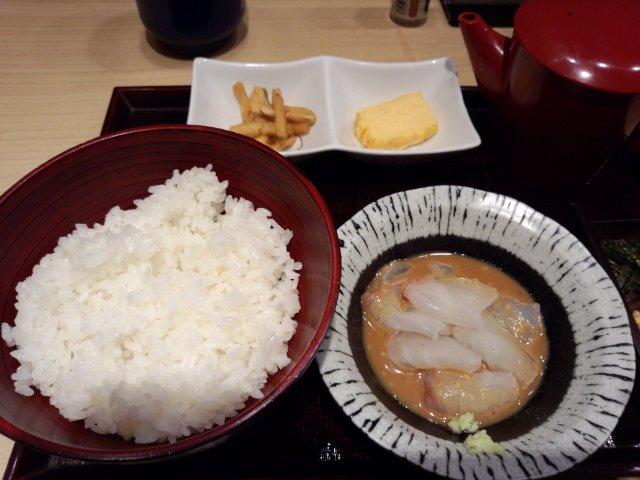 鯛魚湯汁蓋飯 , 新鮮的鯛魚浸在芝麻醬裡,再配上一碗米飯,早餐也可以吃得很好、很豐盛。(圖/Klook提供)