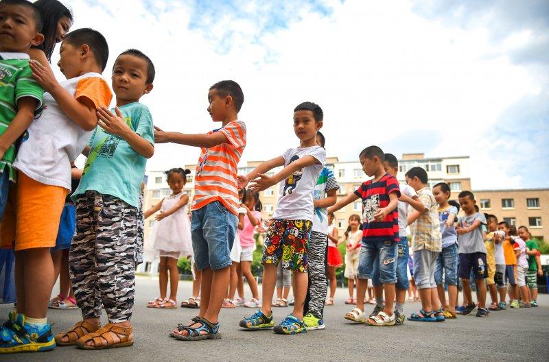 長春市樹勳小學的一年級新生8月23日在操場上練習佇列動作及站位元(新華社)