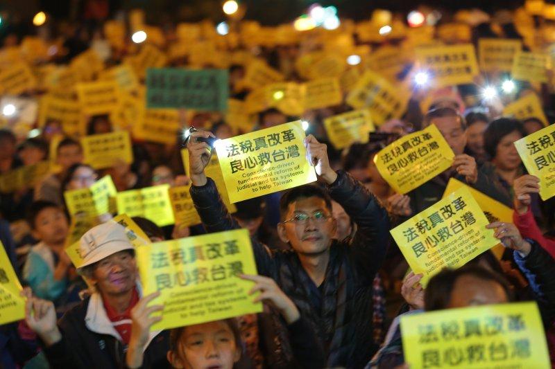 20161218-法稅改革聯盟18日於凱道舉行「法稅真改革,良心救台灣」活動,並於晚會時揮舞著手上的標語。(顏麟宇攝)