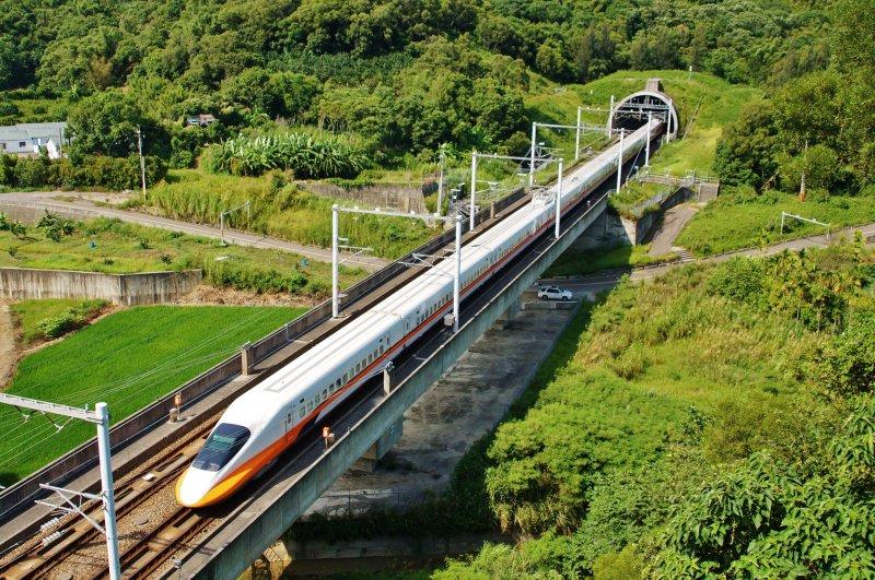 台灣高鐵列車,攝於苗栗路段。(盧逸峰攝)
