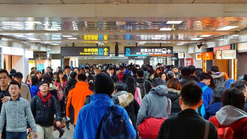 台北車站返鄉人潮。(盧逸峰攝)
