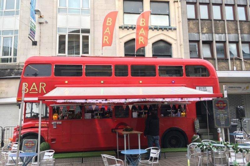 可愛的紅色巴士酒吧,說不定還會遇見聖誕老人在你身旁喝酒哦。(圖/李秀玲攝影)