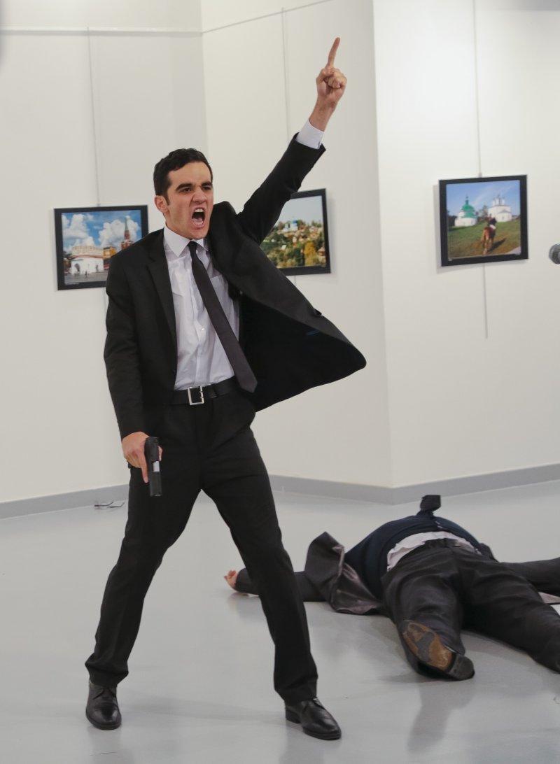 俄羅斯駐土耳其大使卡洛夫(Andrey Karlov,右)19日在土耳其首都安卡拉(Ankara)遭到槍擊案,槍手(左)行兇時大喊要為敘利亞人民復仇(AP)