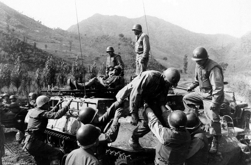 上甘嶺戰役,在第597.9高地的戰鬥後翌日,醫務兵協助料理美軍第31步兵團的傷兵。(維基百科)