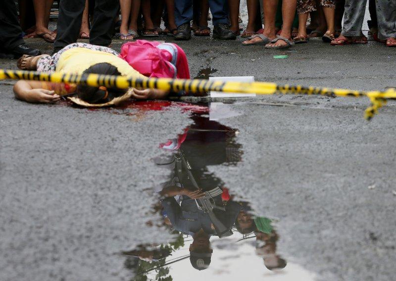 一名婦人在菲律賓掃毒行動中被擊斃,手上還掛著孩子的書包。(美聯社)