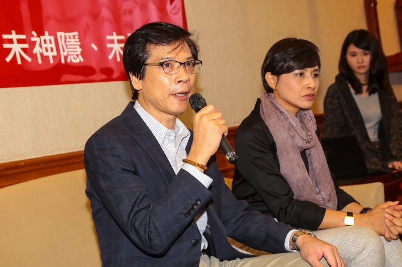 20161220-台大醫學院教授郭明良20日在民進黨立委邱議瑩陪同下,於立院針對「論文造假」與「買賣論文」召開記者會澄清。(顏麟宇攝)