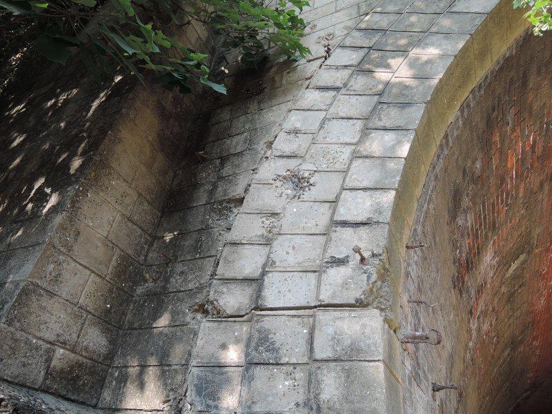 隧道上還留有二戰時的彈痕。(圖/玉山社提供)