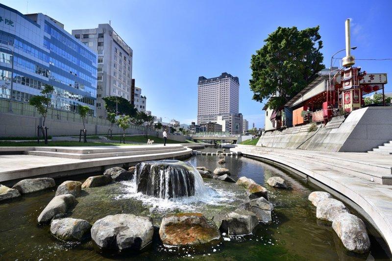 柳川整治導入LID概念植栽綠化,營造親水河岸空間。(圖/台中市政府提供)