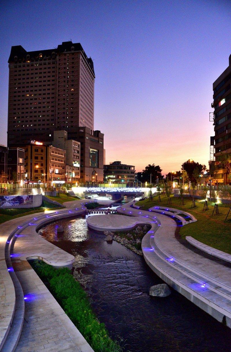 全新的河岸空間裝置創意藝術光景,藉此點綴柳川,更為2018台中世界花卉博覽會暖身。(圖/台中市政府提供)