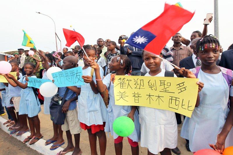 馬英九總統103年1月25日抵達聖多美普林西比民主共和國,受到熱烈歡迎(總統府)
