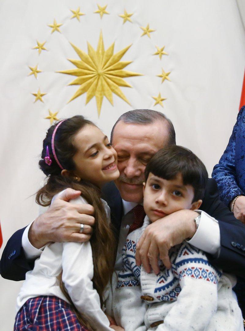 芭娜(左)、芭娜的弟弟(右)被土耳其總統艾爾多安抱在懷裡(AP)