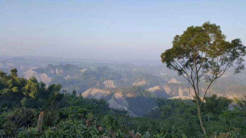 台南是市龍崎區,位於二仁溪上游的白堊泥地景(取自「反對河川上游設立事業廢棄物綜合處理中心」臉書粉絲團)