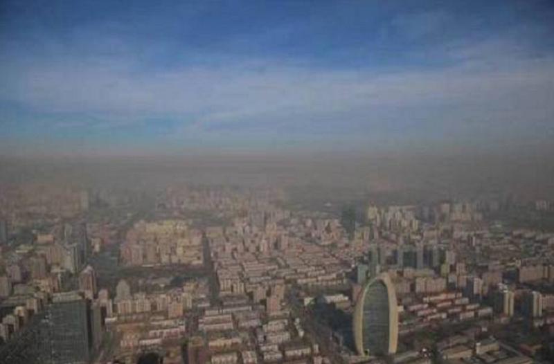 近日廣為流傳的北京霧霾圖片,黑壓壓的一坨坨暗黑色濃雲,宛如幽靈。(作者提供)