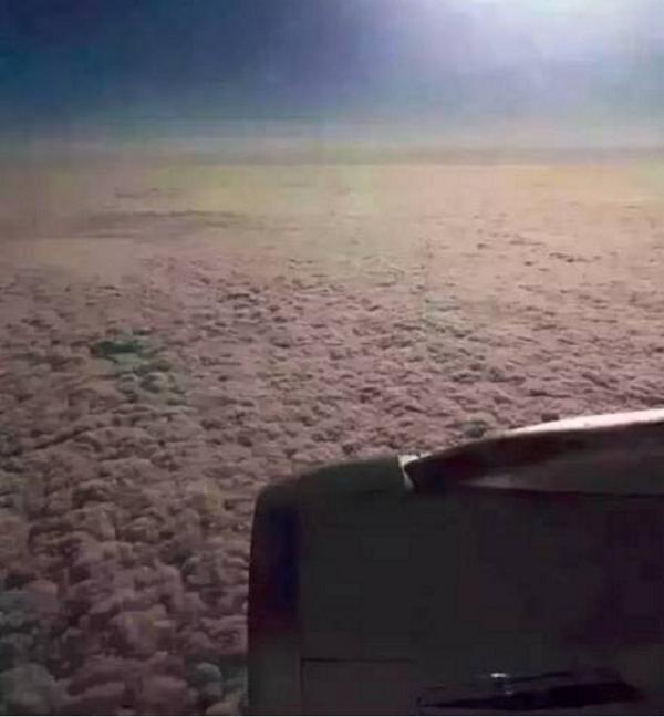 去年引爆中國社交網路的圖片:從飛機上看北京霧霾。(作者提供)
