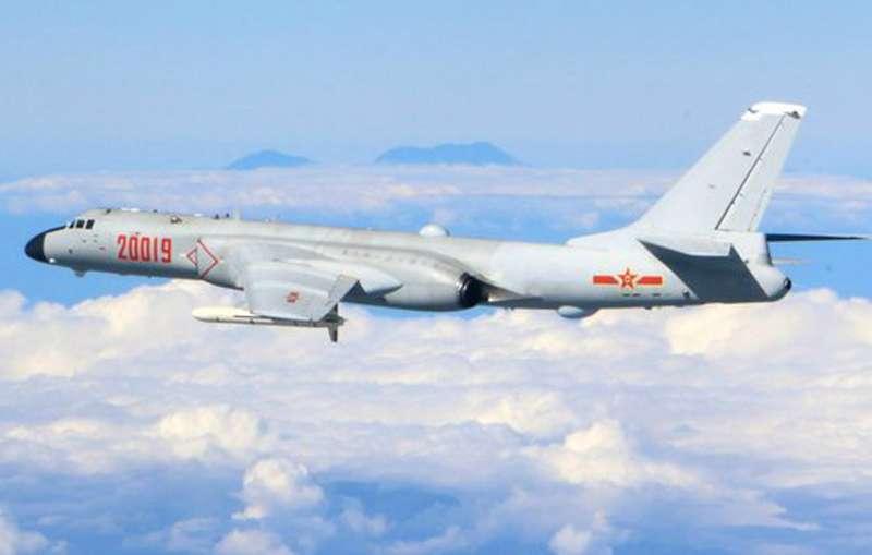共機半個月內連兩度繞台,中共空軍隨後更發布背景有疑似台灣玉山的轟6K轟炸機飛訓照片。(取自微博@空軍發布)