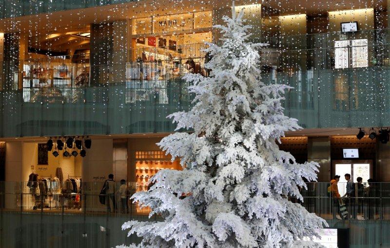 東京商場裡的白色聖誕樹(AP)