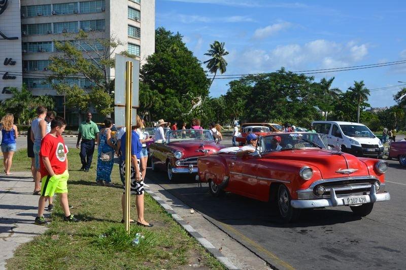 五零年代的美國古董車,在古巴的大街小巷穿梭(張冬凝攝)