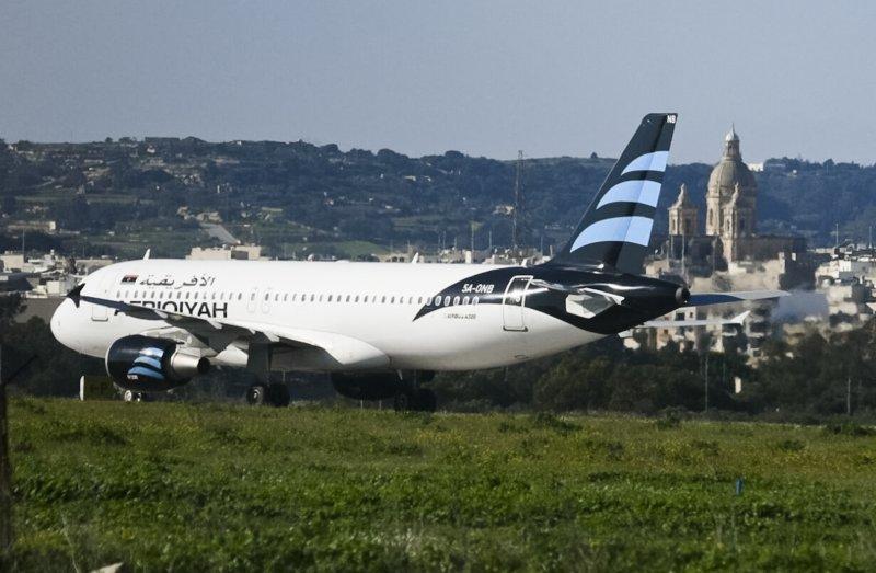 遭劫的泛非航空客機停於馬爾他國際機場。(美聯社)
