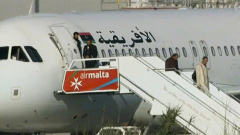 談判啟動後,劫機犯陸續釋放機上乘客。(美聯社)